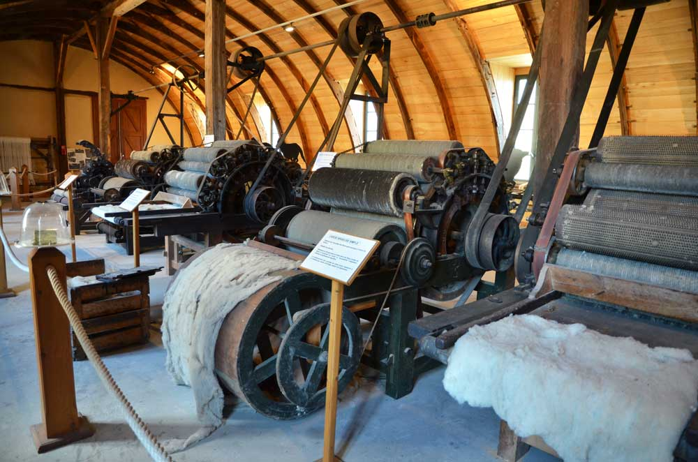 La salle de la filature et la charpente du bâtiment dite en coque de bateau renversée. Photothèque du Conseil général de l'Aveyron