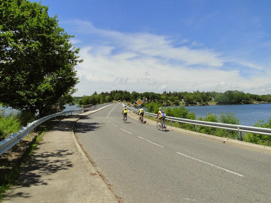 Lac de Pareloup : cyclistes  © OT Pareloup