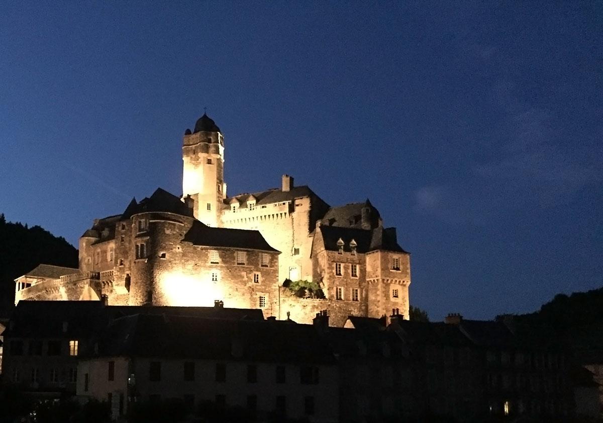 Estaing et son château pendant le son et lumière
