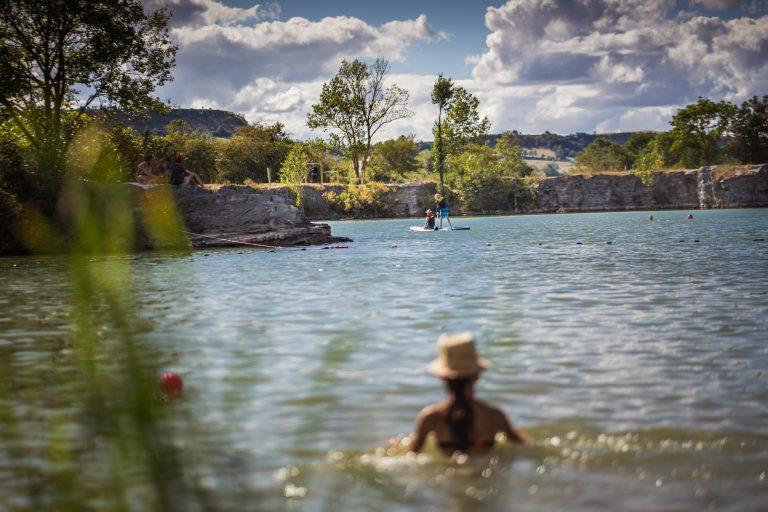 Baignade au lac de la Cisbas près de Sévérac-le-Château © Greg Alric - Tourisme Aveyron
