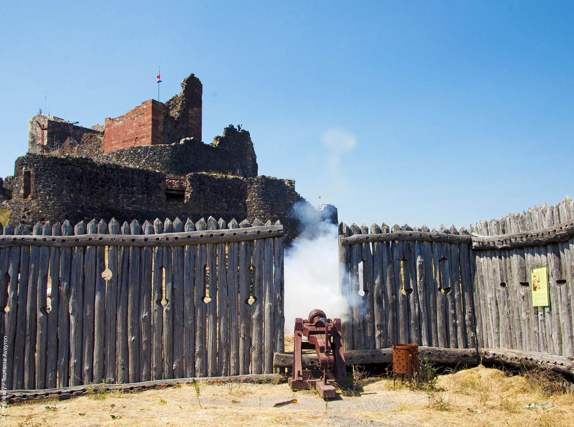 Château de Calmont d'Olt - tir du canon © M. Hennessy / Tourisme Aveyron