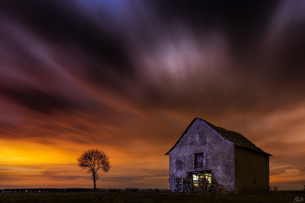 Grange à la tombée de la nuit © Bruno Paci