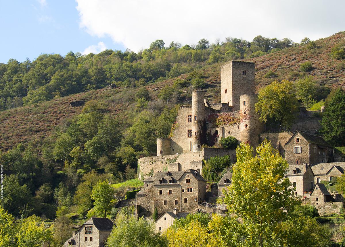 Belcastel et son château © M. Hennessy / Tourisme Aveyron