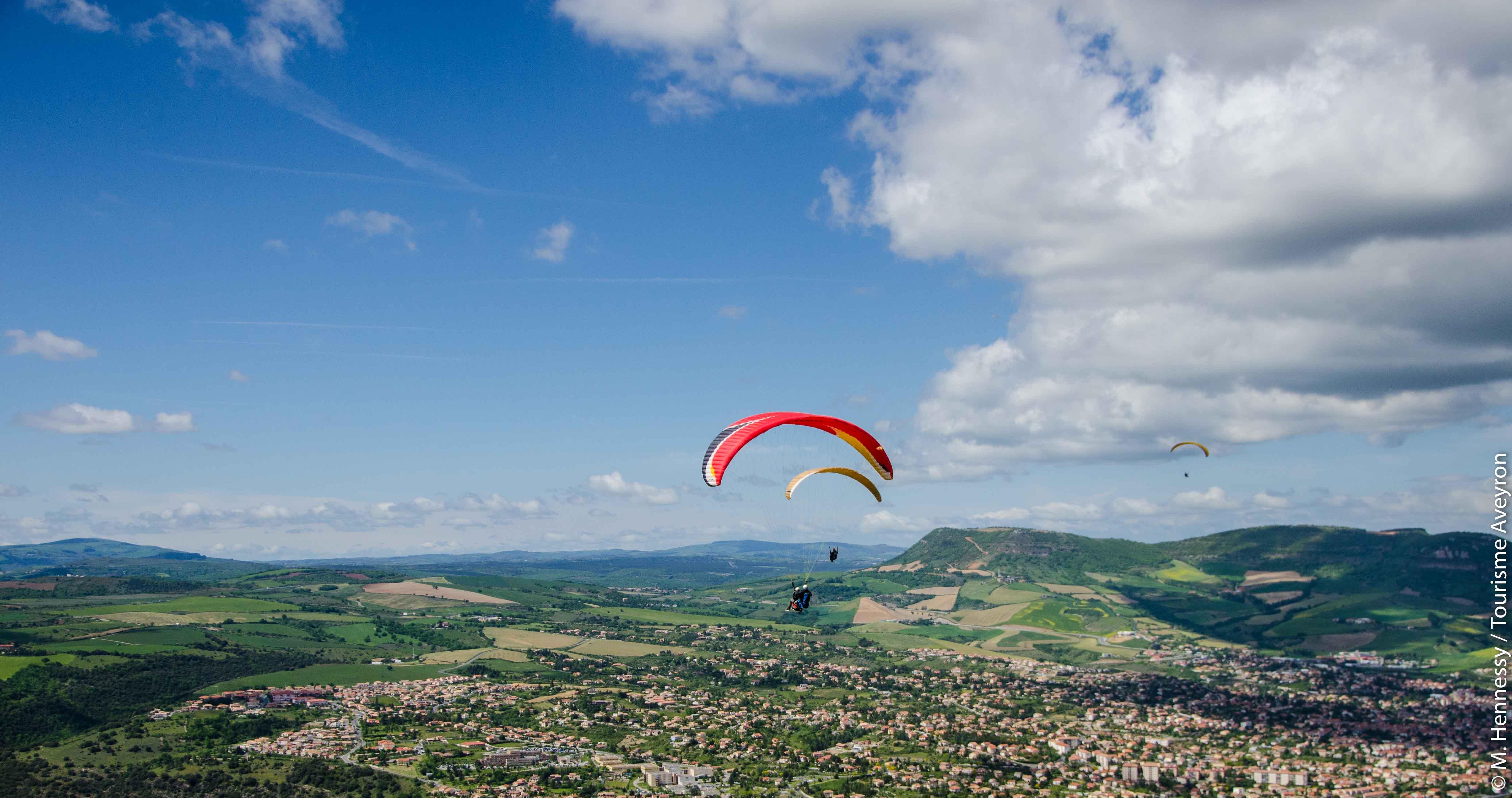 Parapente au-dessus de Millau, Aveyron© M. Hennessy - Tourisme Aveyron