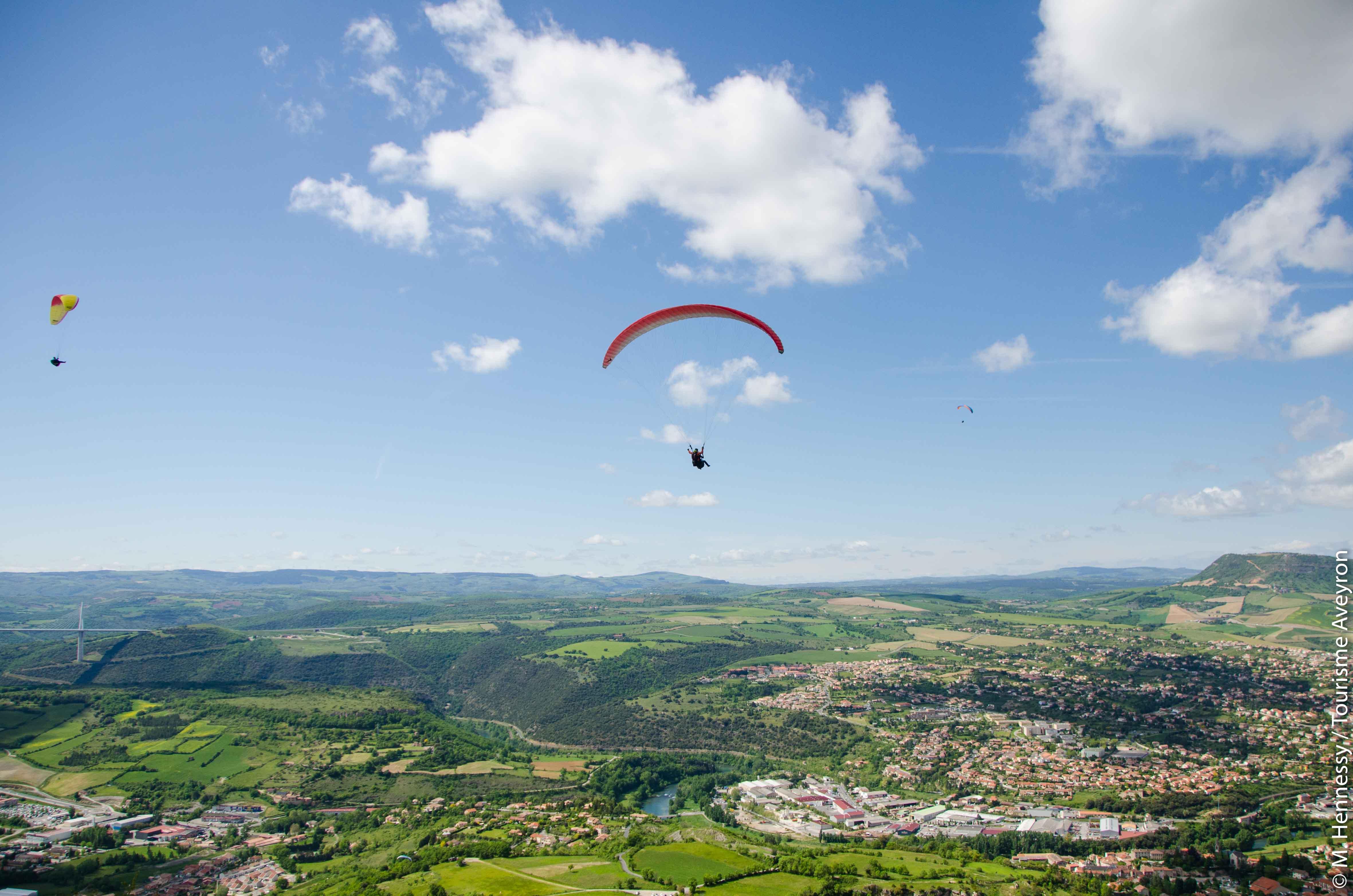 Parapente au-dessus de Millau, Aveyron © M. Hennessy - Tourisme Aveyron