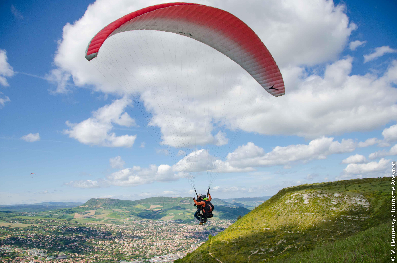 Parapente en binome au-dessus de Millau, Aveyron© M. Hennessy - Tourisme Aveyron