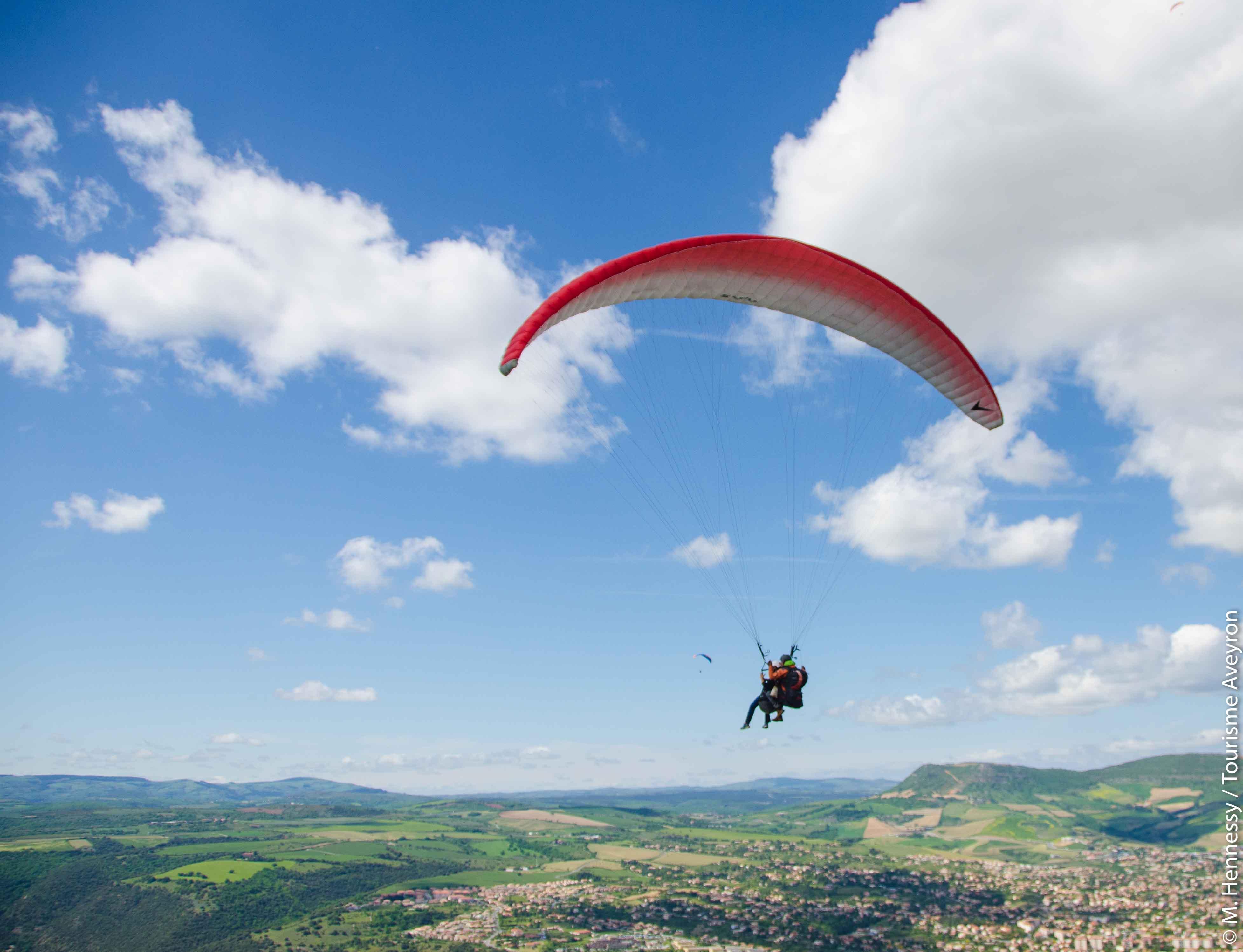 Parapente en binome au-dessus de Millau, Aveyron-2© M. Hennessy - Tourisme Aveyron