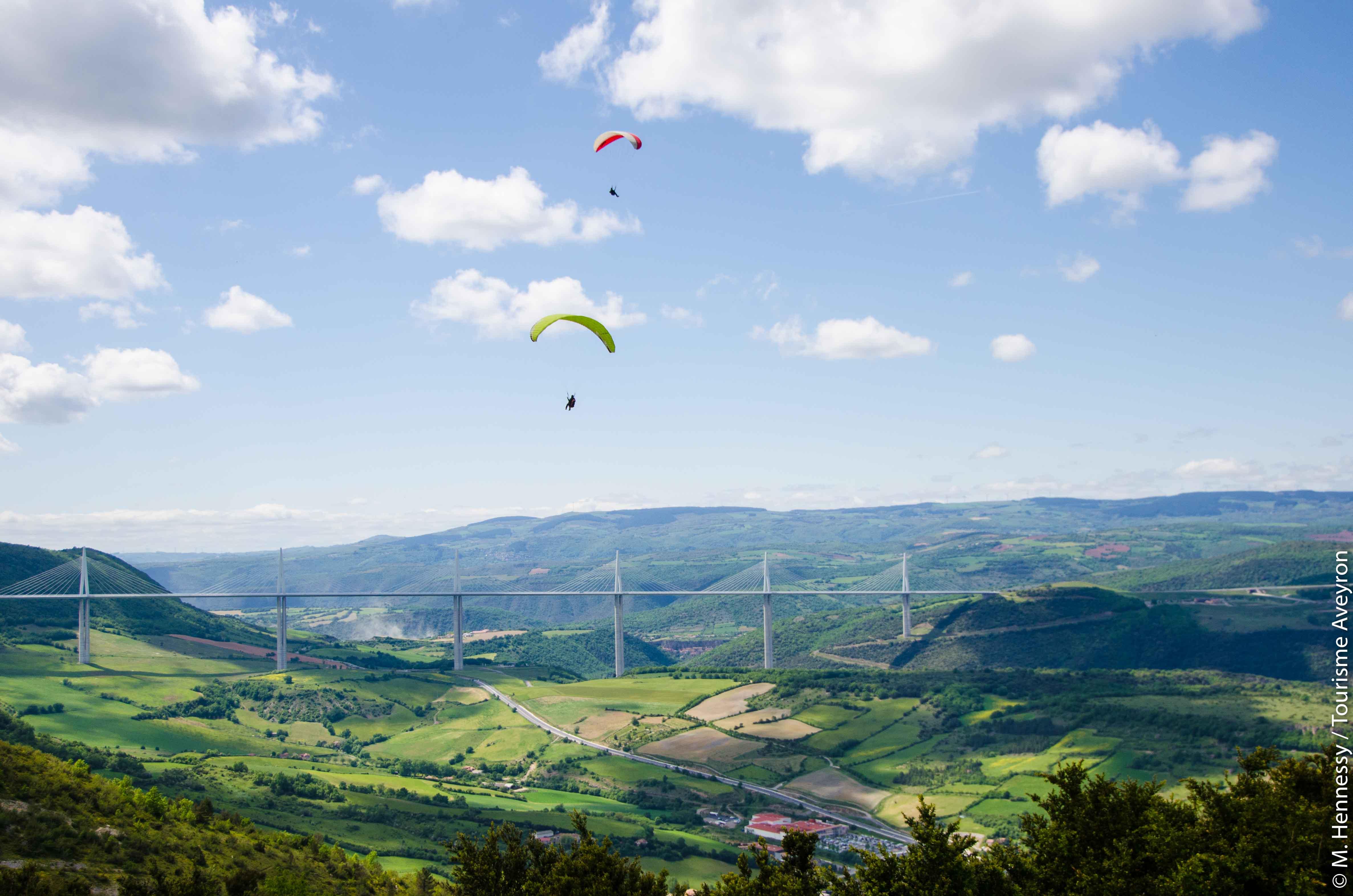 Parapentes au-dessus du viaduc de Millau, Aveyron© M. Hennessy - Tourisme Aveyron