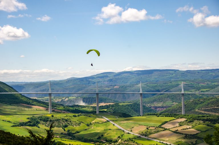 Parapente au-dessus du viaduc de Millau © M. Hennessy - Tourisme Aveyron