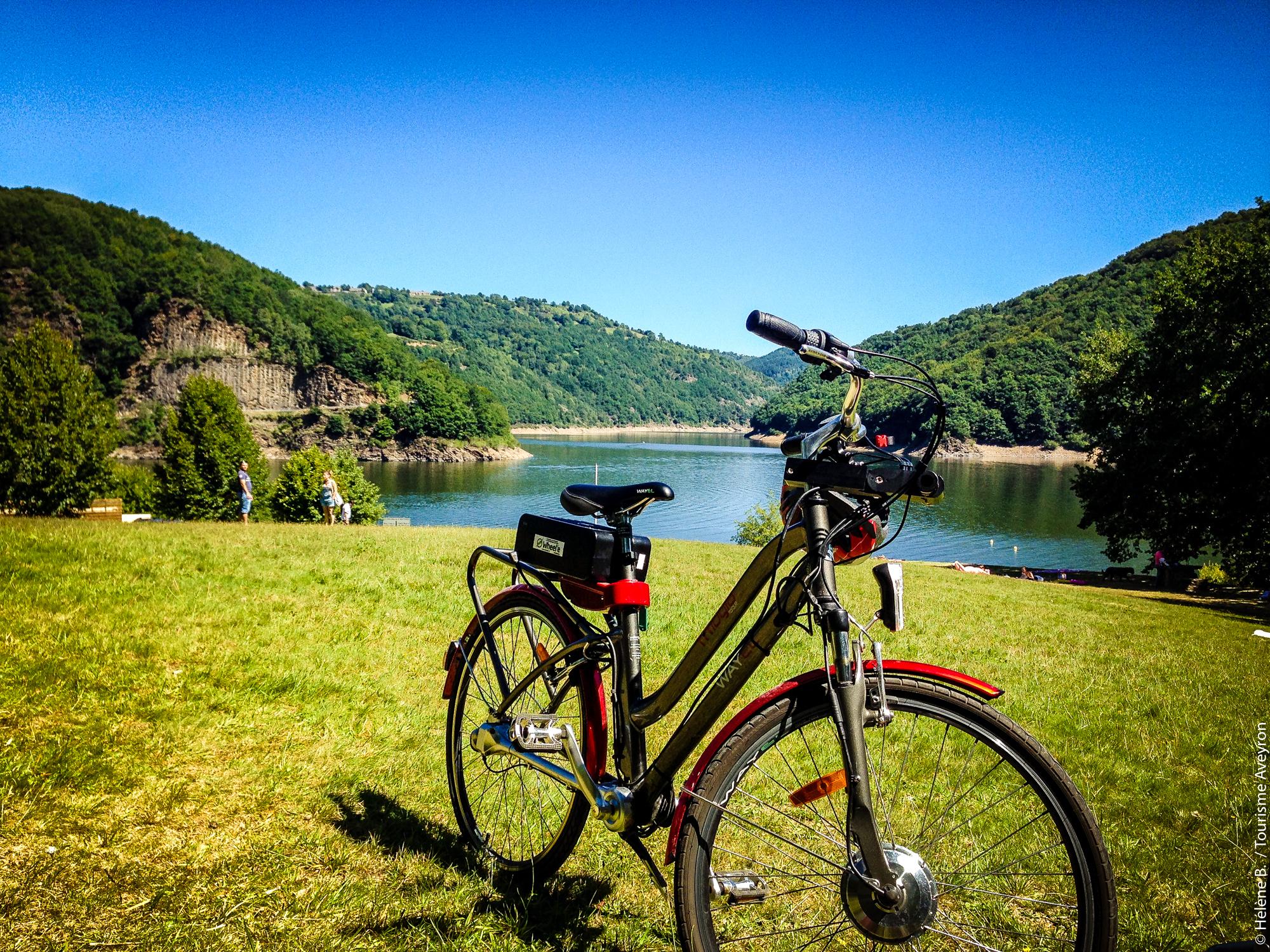 Balade en vélo électrique à la presqu'île de Sarrans, Aveyron
