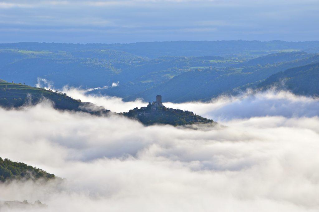 Brume au château de Valon, carladez, Aveyron
