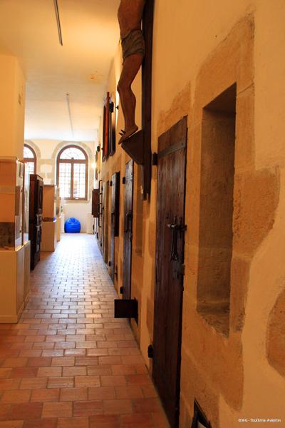 Couloir-cellules-Musee-Moeurs-et-Coutumes-Espalion-©-MG-Tourisme-Aveyron