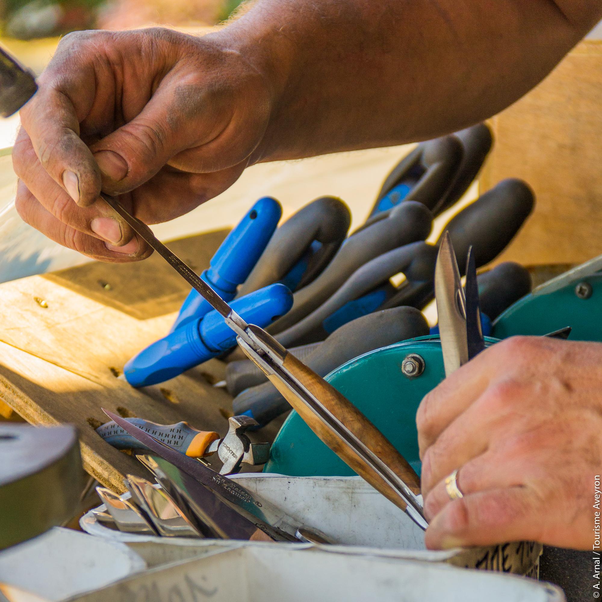 Dans un atelier de fabrication du couteau Laguiole