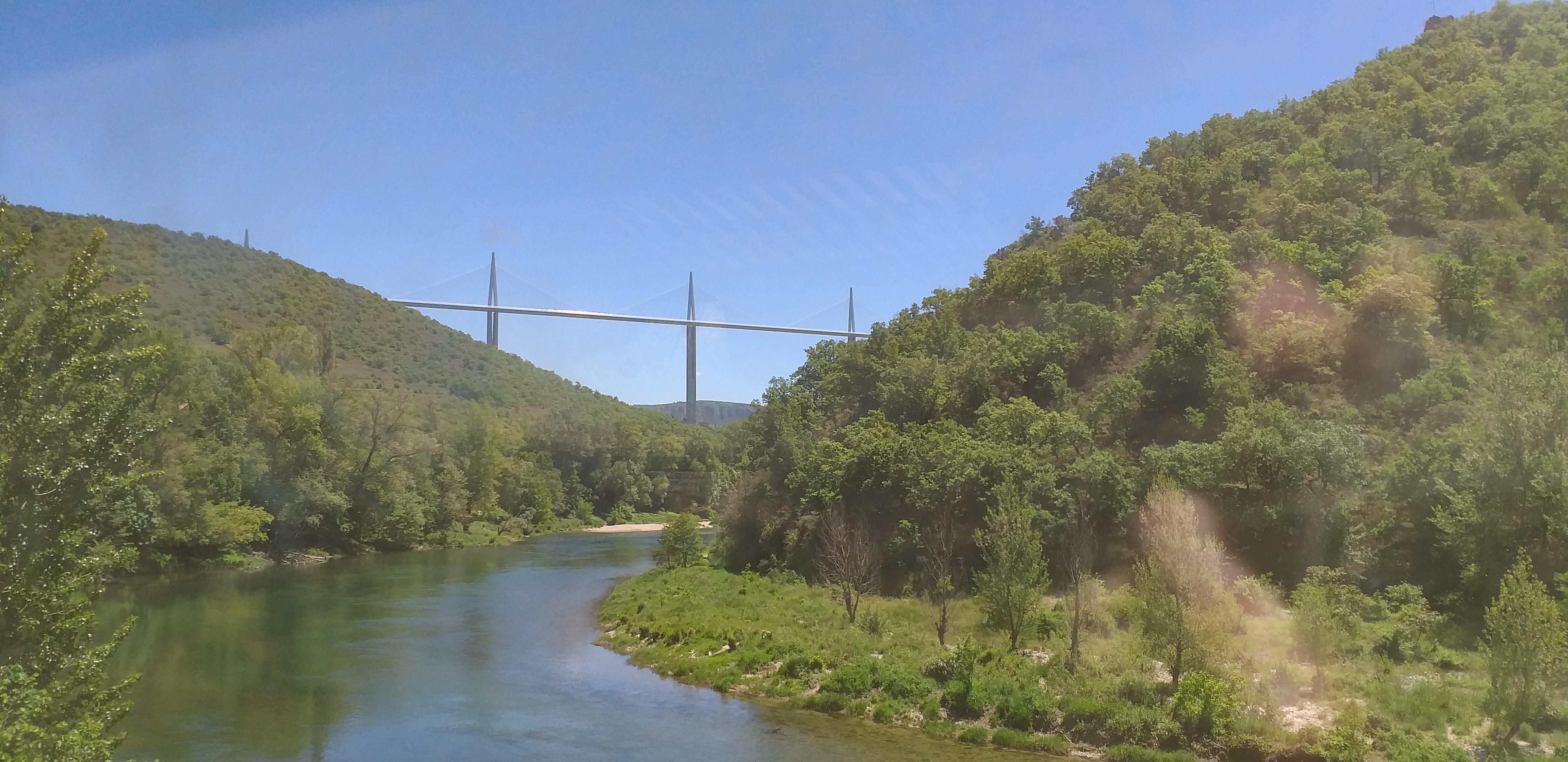 Le viaduc de Millau depuis le train © E. Moreau - OT des Causses à l'Aubrac