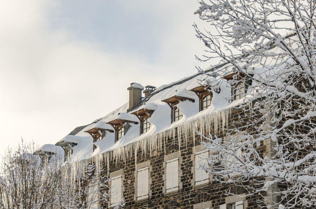 Stalactites sur une maison de l'Aubrac © M. Hennessy - Tourisme Aveyron